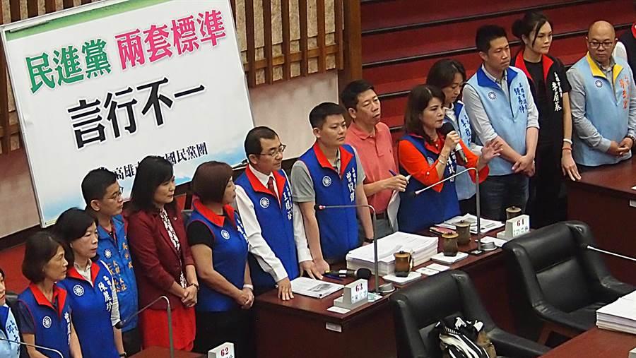 國民黨高雄巿議員10日在巿議會聲援高雄巿長韓國瑜,並批評民進黨兩套標準、言行不一。(曹明正攝)