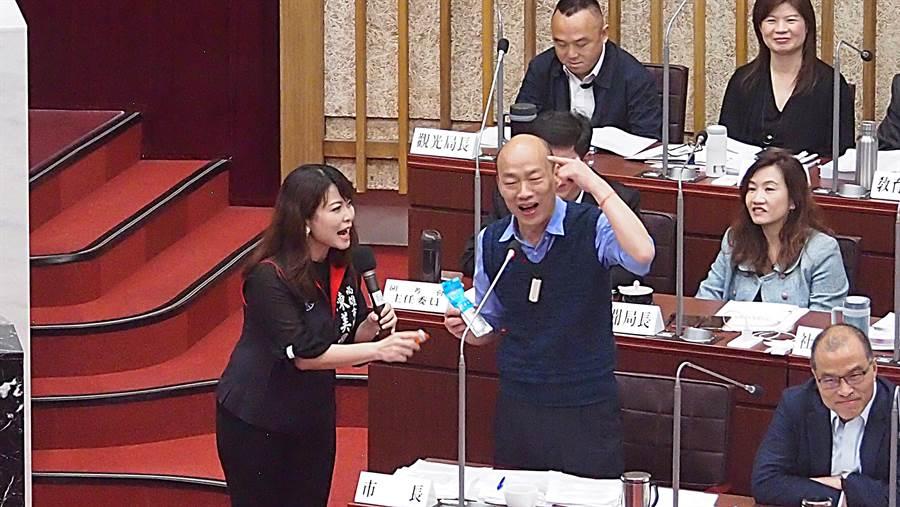 國民黨高雄巿議員10日在巿議會聲援高雄巿長韓國瑜,不捨他被抹黑,陳美雅還特別代表送上防曬乳。(曹明正攝)