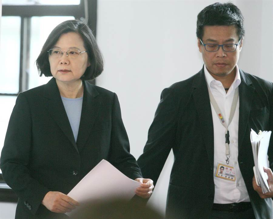 蔡英文總統(左)10日在總統府大禮堂舉行「國安高層會議」會後記者會。(張鎧乙攝)