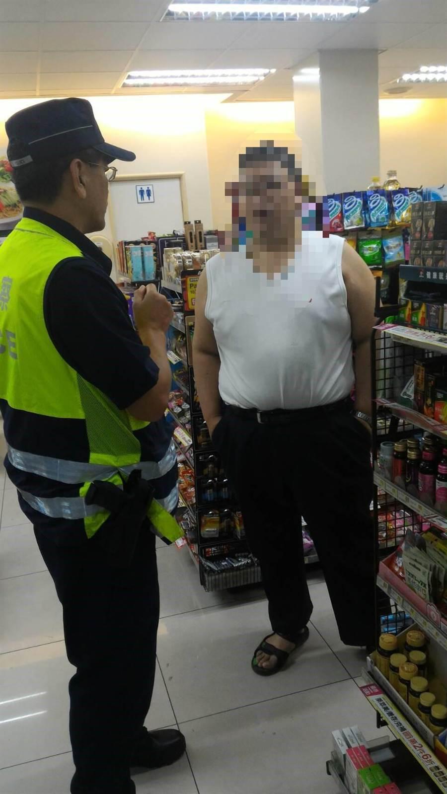 警方連續追查兩、三家超商,才找到又要匯款的卓男,阻止他繼續遭詐騙。(程炳璋翻攝)