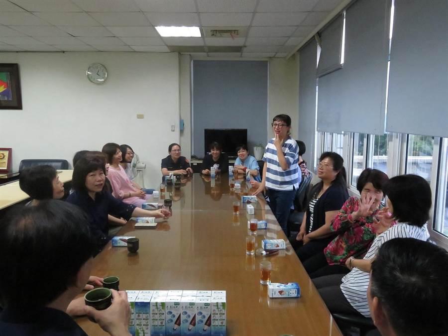 台中市霧峰警分局舉辦「歡慶母親節座談茶會」,場面溫馨。(陳淑芬翻攝)
