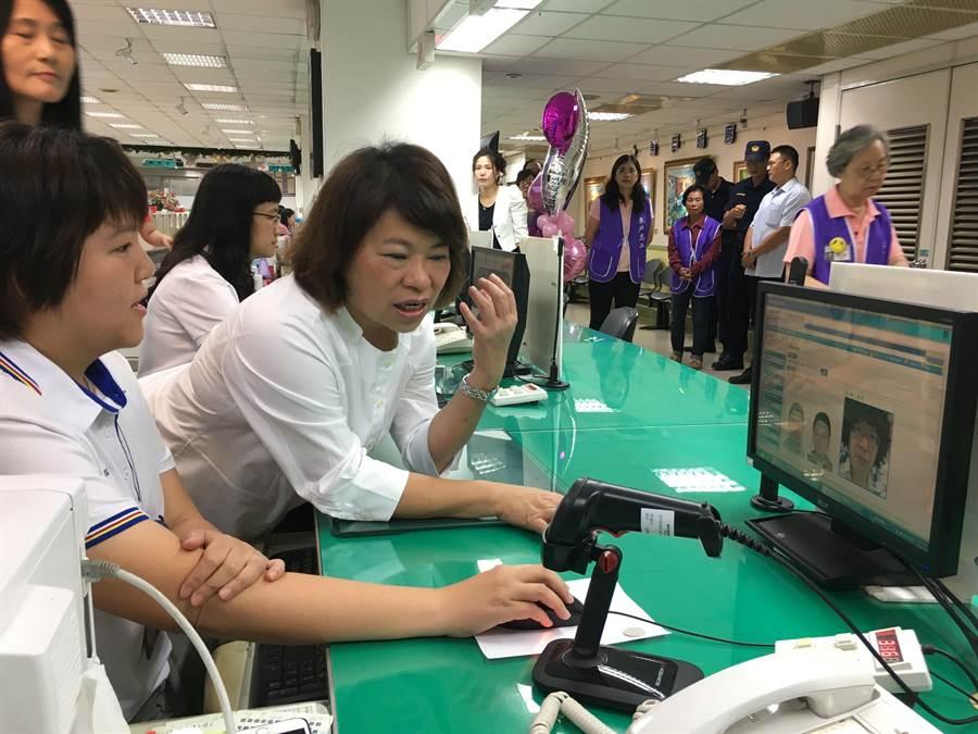 嘉義市啟用戶政人臉辨識系統,市長黃敏惠詢問戶政人員操作方法。(廖素慧攝)