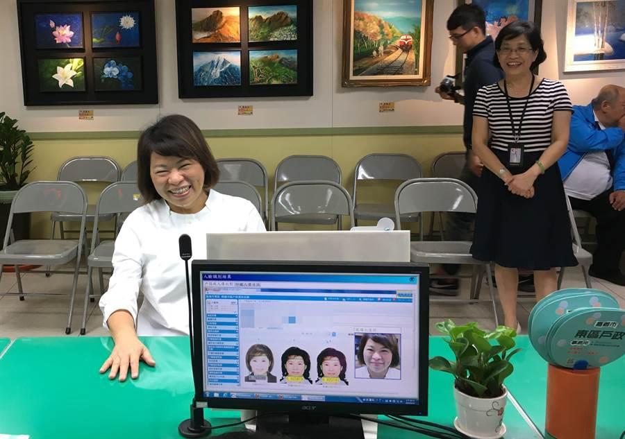 市長黃敏惠通過人臉辨識系統測試,開心過關。(廖素慧攝)