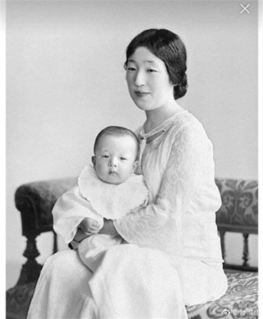 出身日本貴族的良子皇后,嫁進皇室前就受封女王,非常看不起平民出身的美智子。(圖/翻攝自微博)