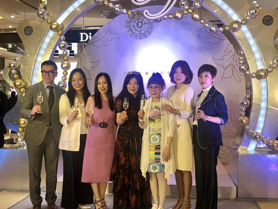 時尚秀由遠東百貨總經理徐雪芳(右三)領銜各大精品代表舉杯同慶。(馮惠宜攝)