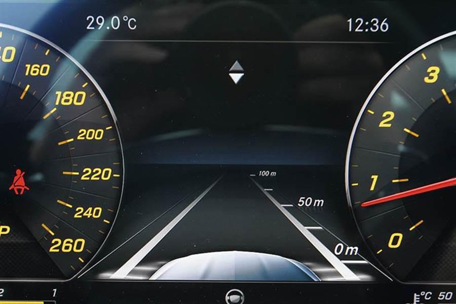 12.3吋彩色液晶螢幕可顯示多項資訊,並結合衛星導航。