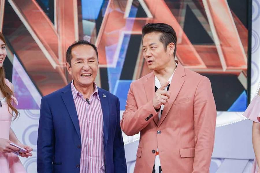 林義豐(左)日前上節目與主持人徐乃麟合照。(圖片提供:狼谷競技台)