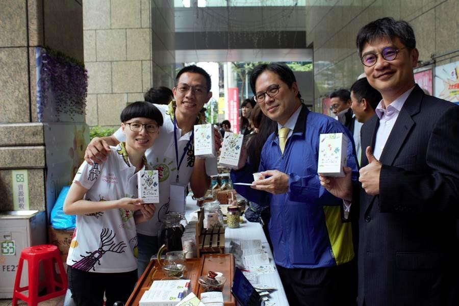 新北市副市長吳明機(右2)、農業局長李玟(右1)與青農合影。(譚宇哲攝)