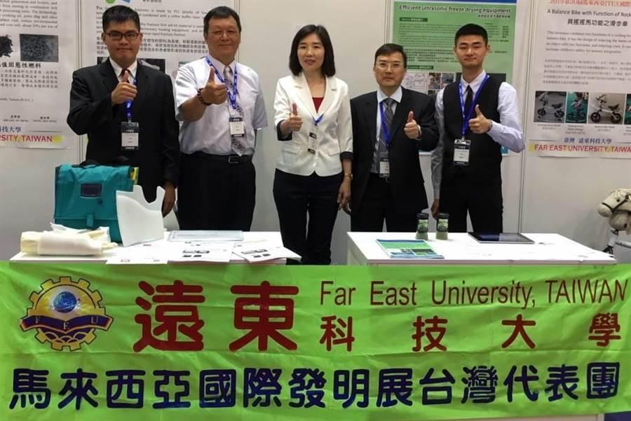 今年吉隆坡所舉辦的ITEX國際發明展,遠東科技大學代表參展,共勇奪4金1銀1銅,表現不俗。圖一(魏景瀚翻攝)