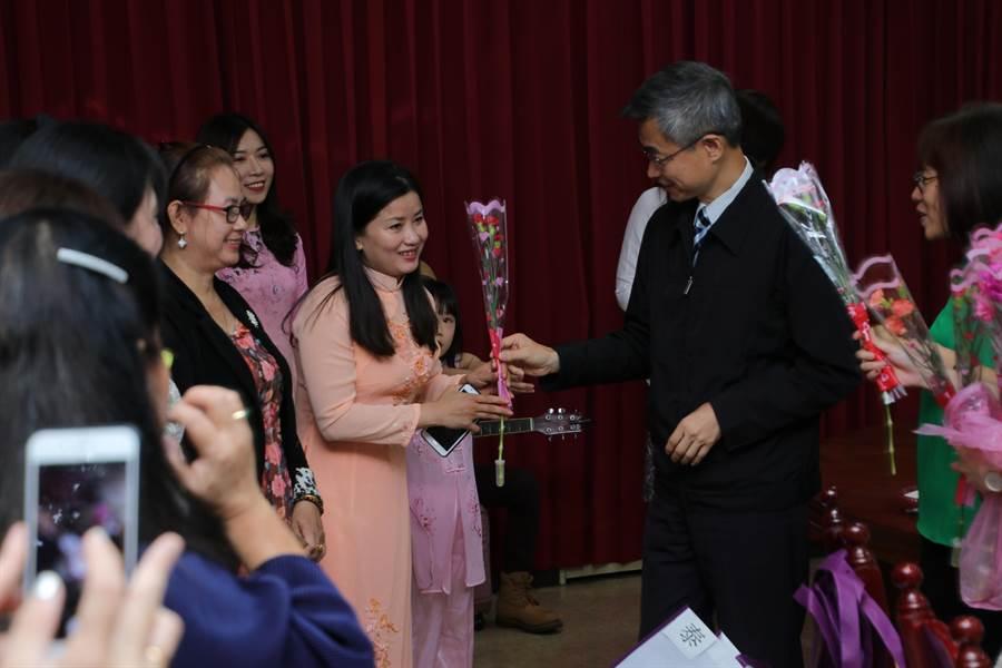 移民署副署長梁國輝贈康乃馨給新移民姊妹,感謝她們的奉獻。(陳鴻偉翻攝)