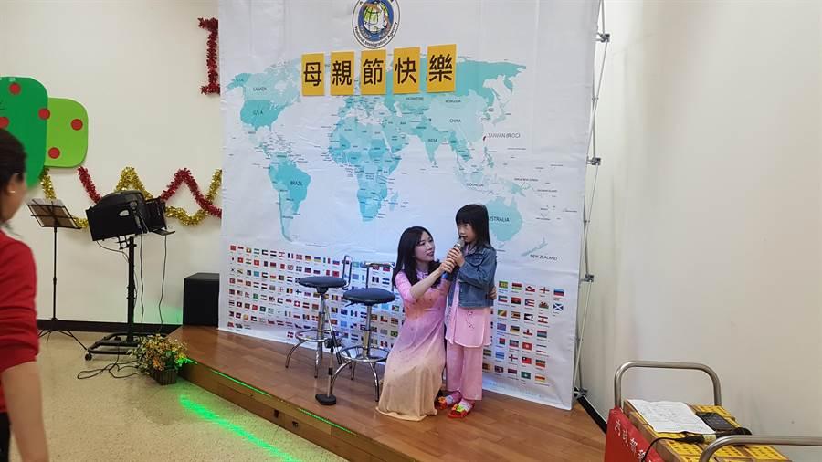 6歲的越南新二代的謝孟庭,藉著朗讀短詩感恩媽媽。(陳鴻偉翻攝)