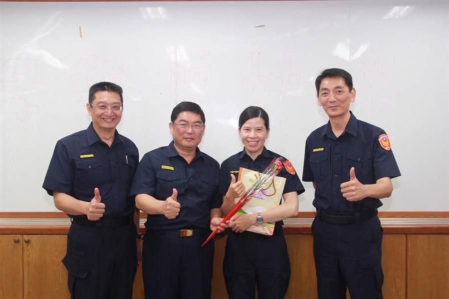 平鎮分局長黃炳訓(左二)送上康乃馨給女性同仁。(平鎮分局提供)