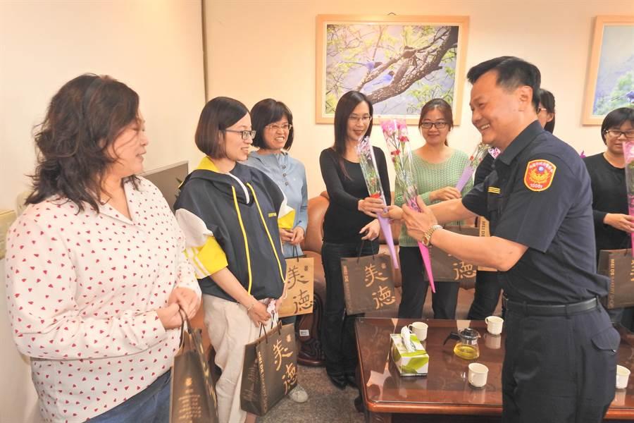 八德分局長陳錦坤到各單位致贈每位女警媽媽精緻蛋糕及美麗的康乃馨,感謝她們在工作崗位上的努力與付出。(甘嘉雯翻攝)