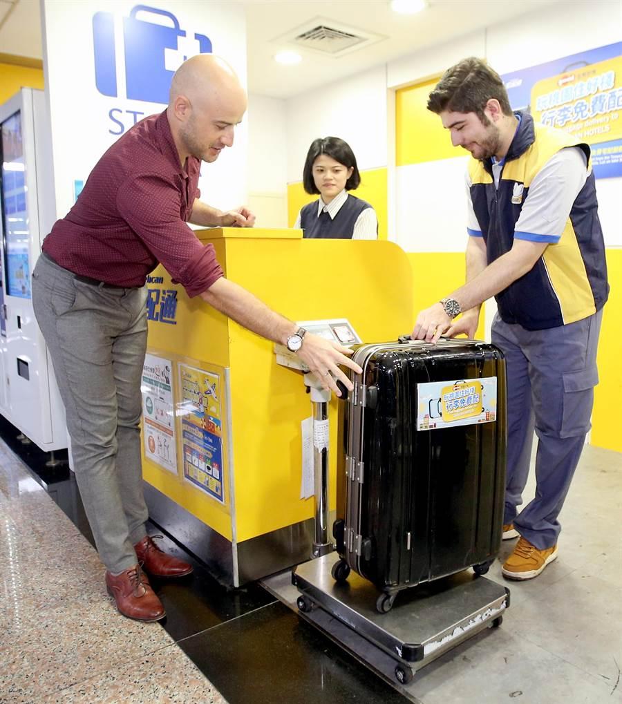 藝人吳鳳(左)及部落客圖佳(右)示範在桃園機場免費宅配行李。(范揚光攝)