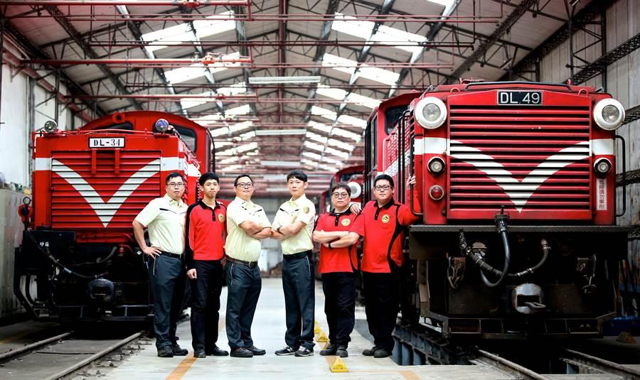 里山林鐵處新制服,運務人員穿萊姆綠色系,機務工程人員穿紅色系制服。(廖素慧翻攝)
