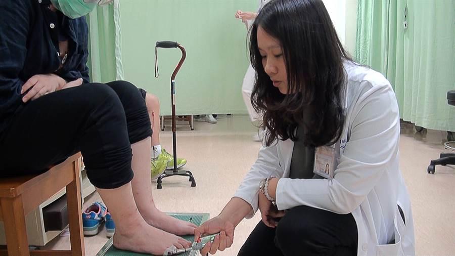 高醫中醫部主任邢郁欣指出,艾灸可矯正胎位,免於剖腹挨刀。(柯宗緯攝)