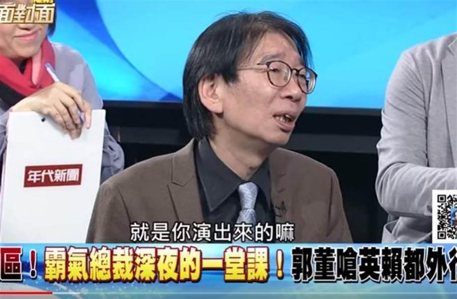 郭台銘幫記者綁鞋帶,資深媒體人尚毅夫評論酸炸。(取自YouTube)