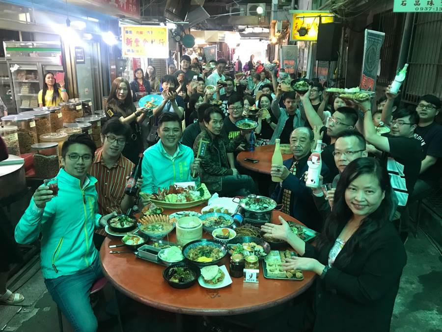 新竹市政府將在本月18日舉辦「東門辦桌,作夥呷飯」的浪漫美食夜活動,現場有近40家美食攤商讓你隨意選擇享受山珍海味與小點。(陳育賢攝)
