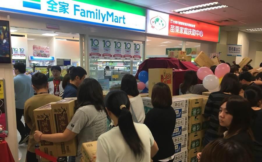 回饋群創員工10年來的支持,竹南群創家扶店10日舉辦百元特賣會。(巫靜婷攝)
