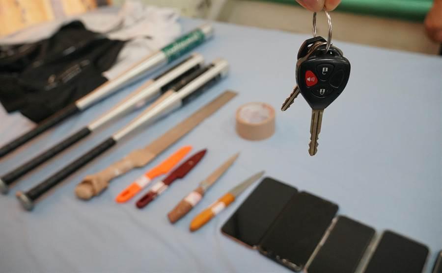 買便宜權利車,反遭搶劫,台中市警局烏日分局逮補犯嫌外,起獲多樣犯罪工具。(黃國峰翻攝)