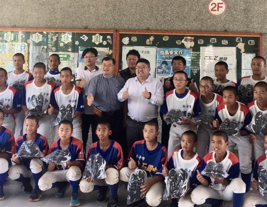 立委蔡易餘協助東石國中棒球隊募到新鞋。(廖素慧翻攝)