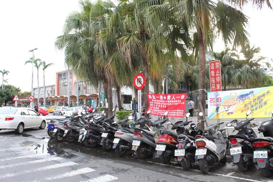 彰化車站停車問題嚴重,樹立禁停指示,卻停滿了機車,到底是可不可以停?公共的機車停放空間在哪裡?(吳敏菁攝)