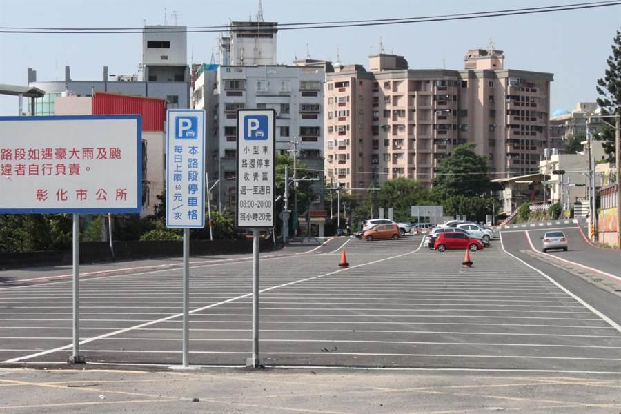 彰化市較不緊迫市區地段,如建國科大附近諾大廣場畫設停車收費後,變得空蕩蕩。(吳敏菁攝)
