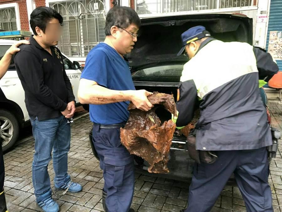 大溪分局警方包抄逮住山老鼠。(邱立雅翻攝)