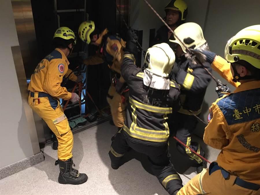 台中市一處工地10日下午發生疑為電梯故障工安意外,造成一名電梯維修人員命危。(盧金足翻攝)