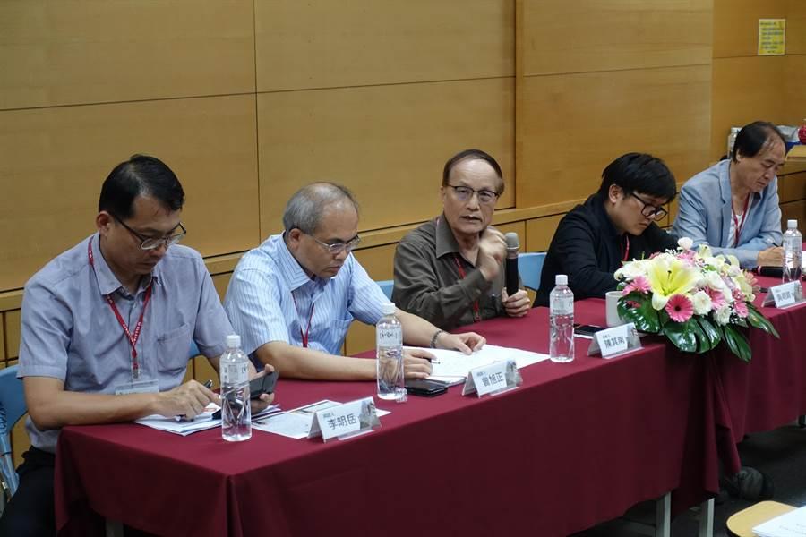 虎尾科技大學舉行「跨域協作,地方創生」座談會,由前文建會主委陳其南教授(左三)擔任主持人。(許素惠攝)