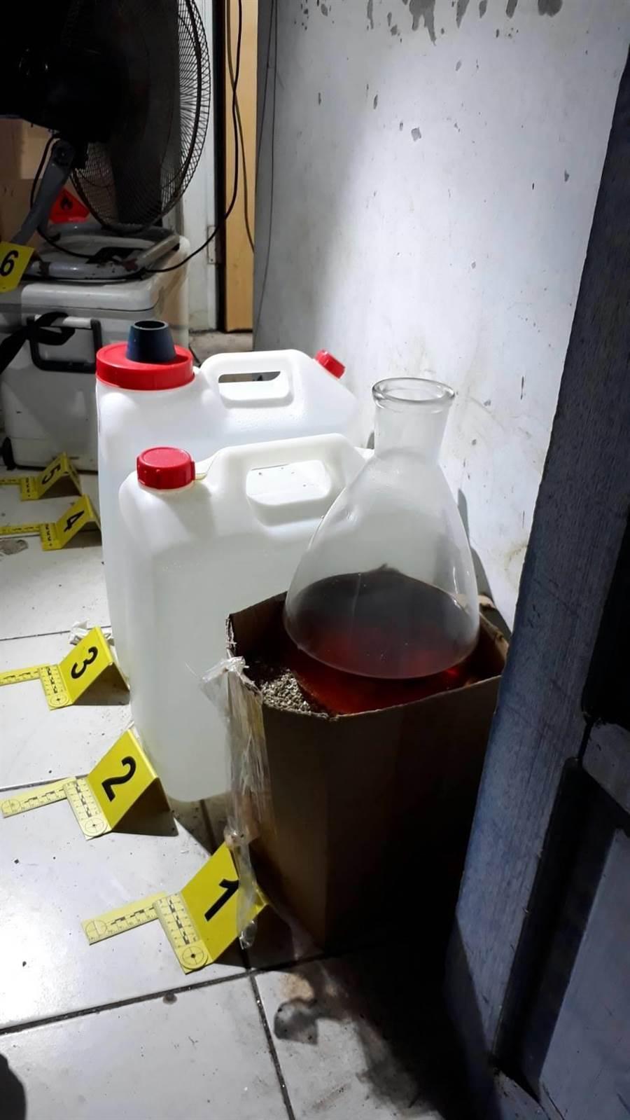雲林檢警在雲林台西一魚塭工寮查獲毒品工廠,查扣原料及成品與工具等。(許素惠翻攝)