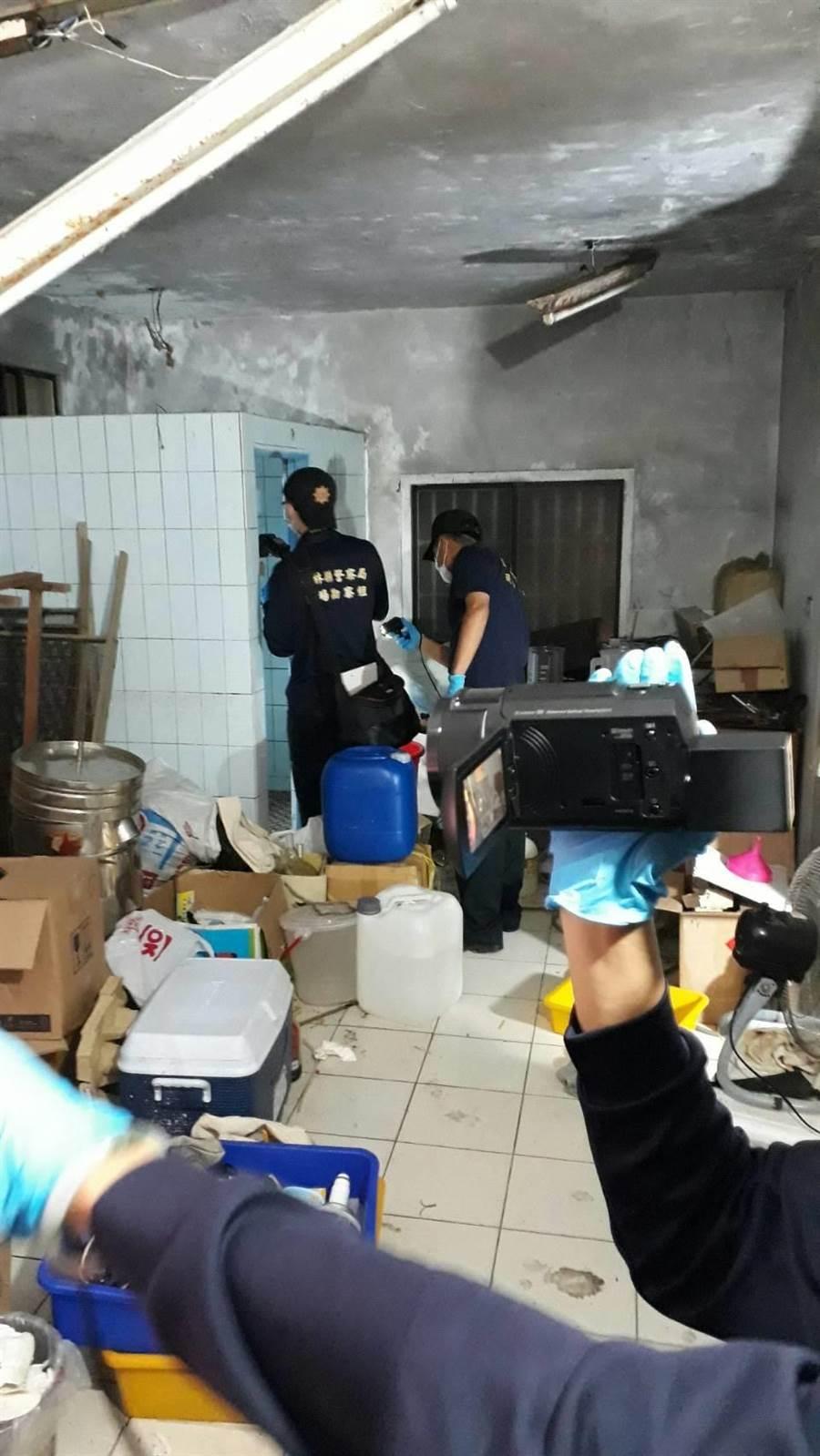 雲林檢警在雲林台西一魚塭工寮查獲毒品工廠。(許素惠翻攝)