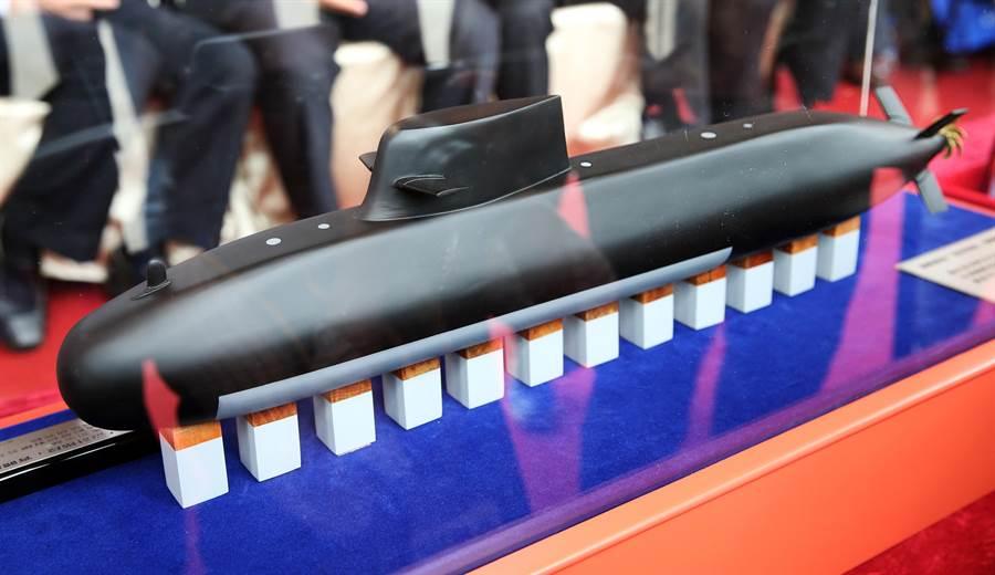 5月9日在潛艦國造專用廠房動土典禮中亮相的IDS潛艦模型。(圖/中時 姚志平攝)