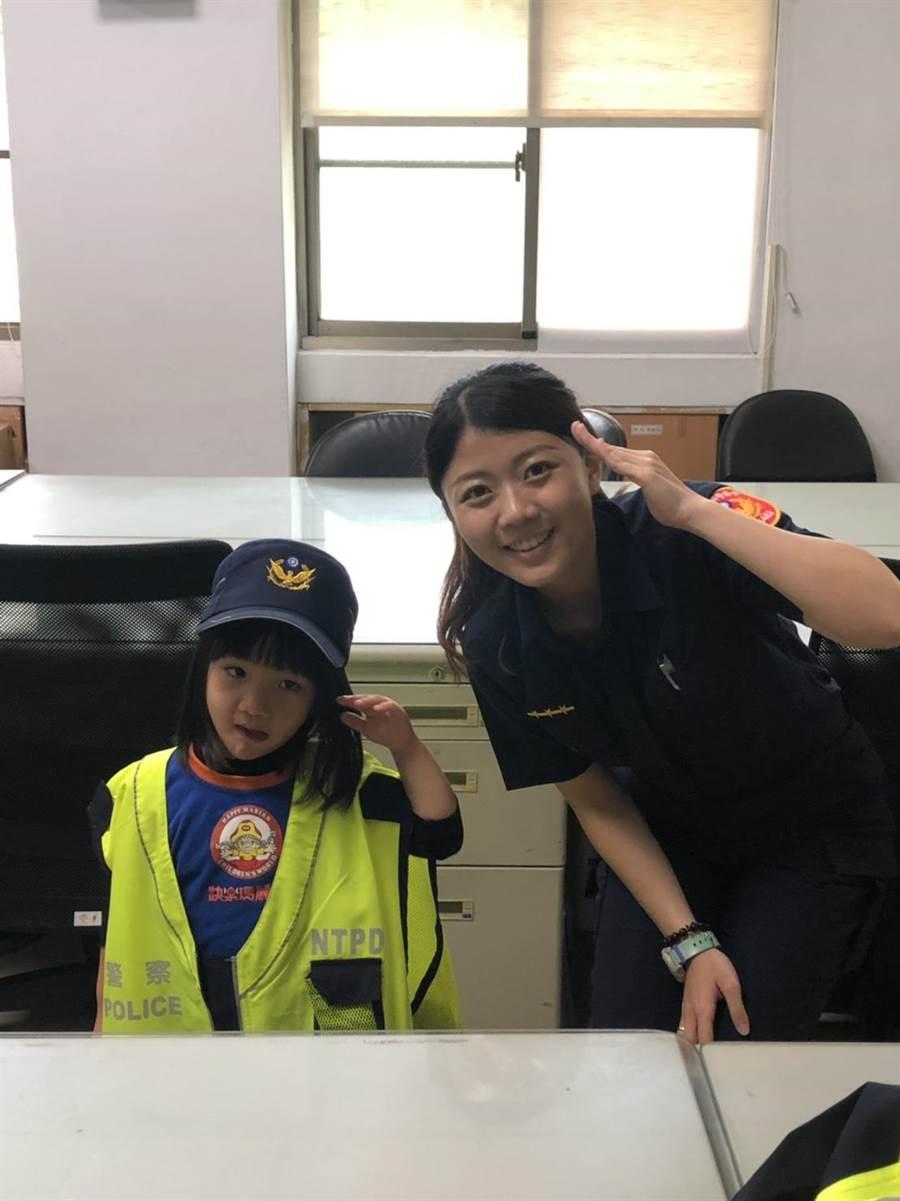 美語短期補習班師生今(10)日上午10時參訪新北市中和警分局安平派出所。(葉書宏翻攝)