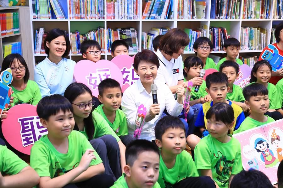台中市長盧秀燕在母親節前夕,前往上石國小關心學生上課狀況與辦學情形。(盧金足攝)