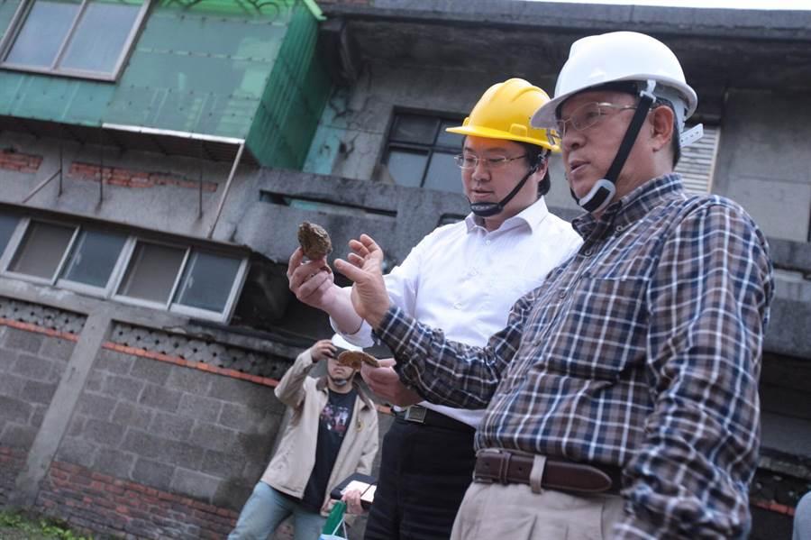 基隆市長林右昌(左)今(10)日至和平島考古現場,宣布有重大發現。(基隆市政府提供)