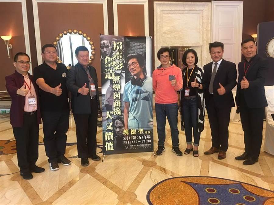 (魏德聖(右四)10日在台中市建築經營協會邀請下專題演講。圖:曾麗芳)