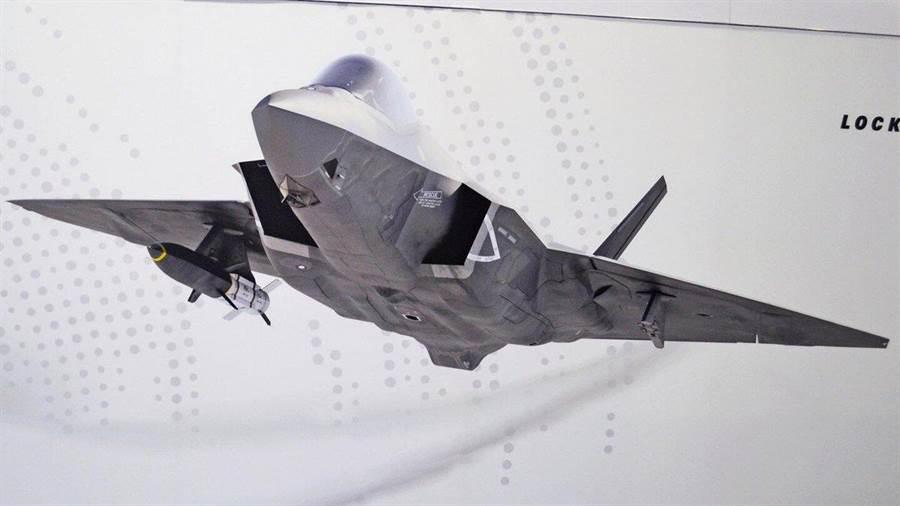 洛馬公司展台前以F-35C發射HAWC的示意圖。(圖/推特@sinan1sal)