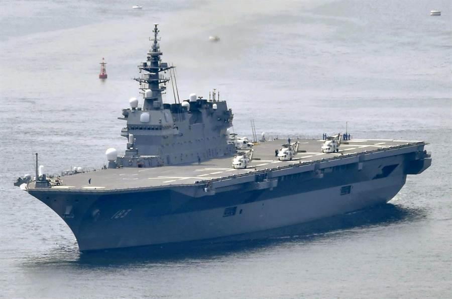 日本出雲號經過改裝後,可以搭載大量F-35B戰機及空中預警機等其他艦載機,從直升機護衛艦轉型成為輕型航母。(圖/美聯社)