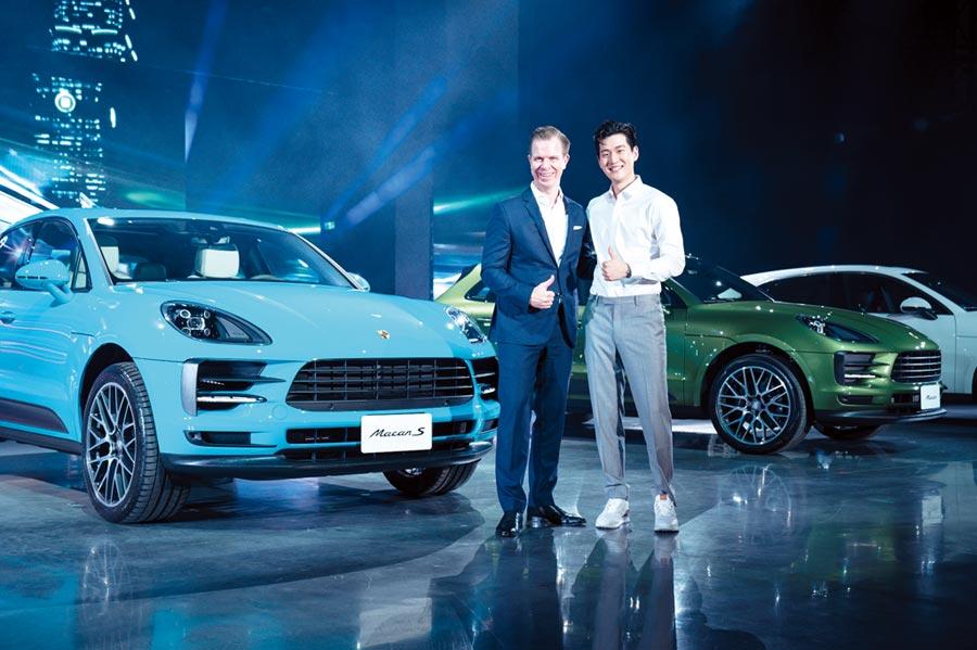 保時捷上市休旅車Macan新改款,台灣保時捷總裁Mathias Busse(左)與歌手周興哲一同為新車站台。圖/業者提供