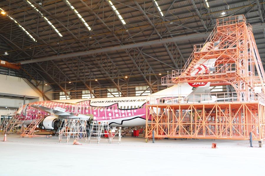亞洲航空台南總公司的維修棚廠,主力維護商用飛機。圖/劉朱松
