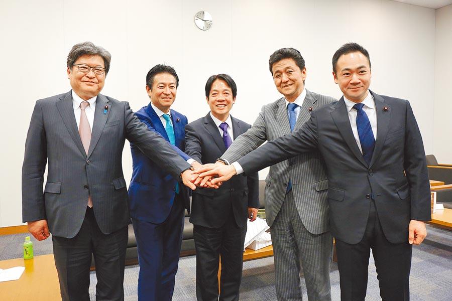 賴清德(中)9日拜會日本眾議會,與首相安倍的胞弟岸信夫眾議員(右二)及其所領導的「促進日本臺灣經濟文化交流年輕議員之會」成員見面。(賴清德行動辦公室提供)