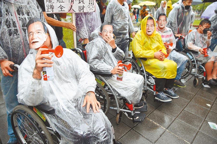 前總統陳水扁9日出席凱達格蘭基金會14周年餐會,國民黨周錫瑋號召群眾到場抗議,抗議民眾坐著輪椅嘲諷陳水扁。(王英豪攝)