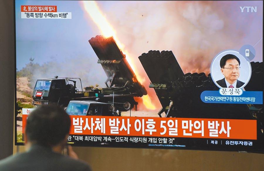 北韓9日下午又試射2枚疑似短程飛彈的飛行物,令南韓青瓦台深表憂慮。圖為當天在首爾火車站,民眾駐足觀看電視播出北韓試射武器的資料畫面。(法新社)