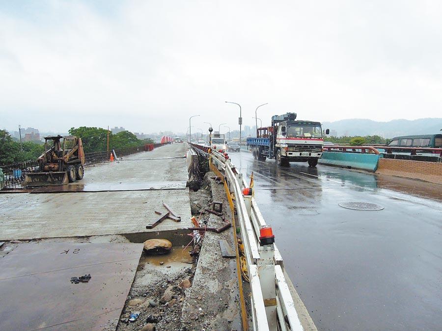 施工中的三鶯大橋第一階段機慢車及行人專用道工程(左),將在明年初完工後成為封閉主橋施工的替代橋梁。(陳俊雄攝)