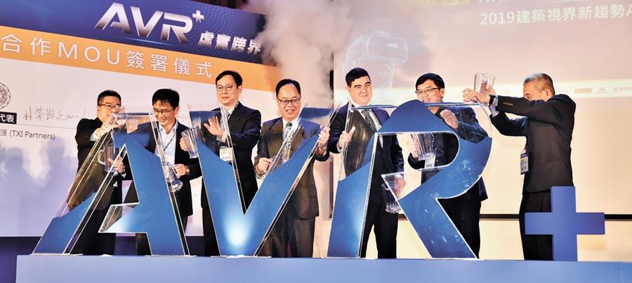 高雄大學9日舉行「AVR+學校」成立開幕儀式,高大校長王學亮(中)等人將藍砂倒入AVR容器中。(林瑞益攝)
