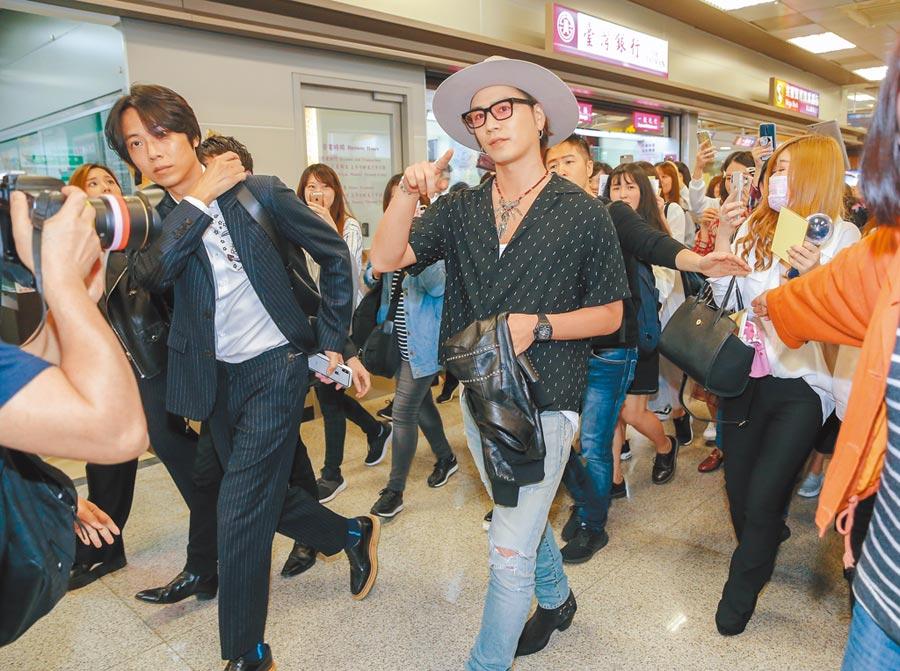 登坂廣臣昨抵台,約有200位歌迷到場接機。(盧禕祺攝)