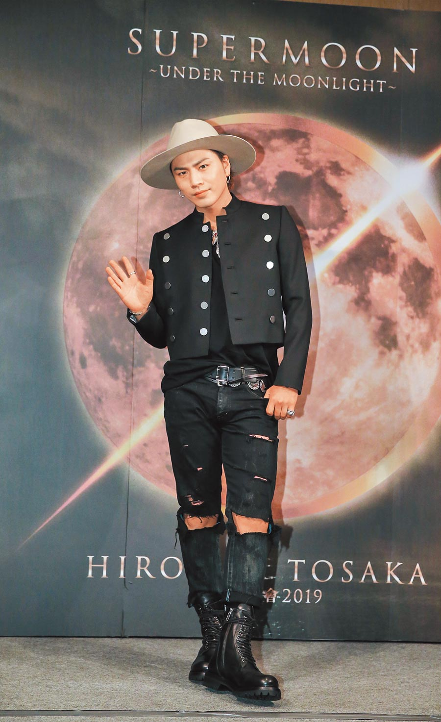 登坂廣臣昨帥氣登台,為7月的演唱會宣傳預熱。(盧禕祺攝)