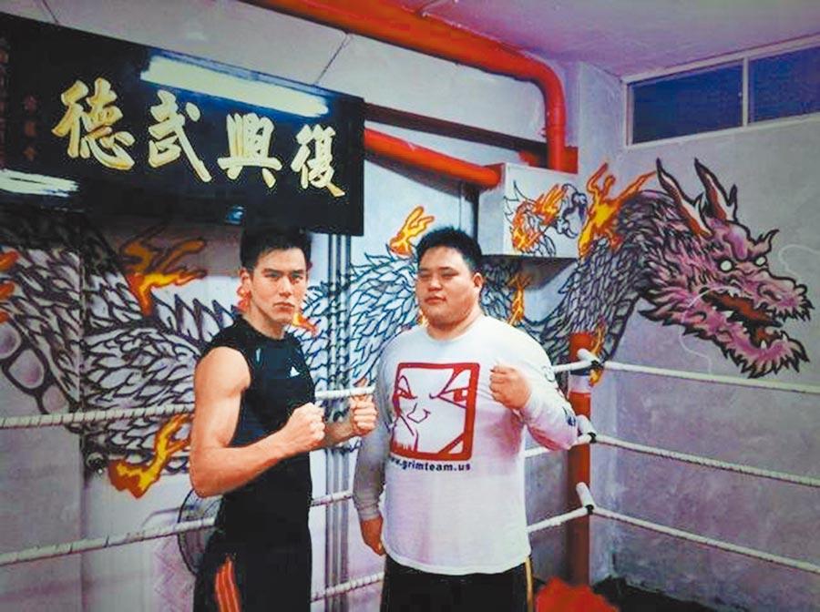 吳震亞(右)曾指導過彭于晏等一線男星。(取材自臉書)