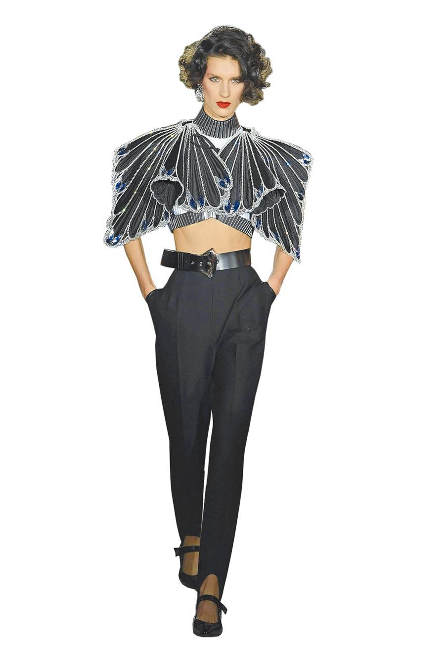 披肩以多片羽毛形狀的放射拼接與壓皺,在邊緣水鑽的映襯下更能顯出輪廓的陰暗感。(LV提供)